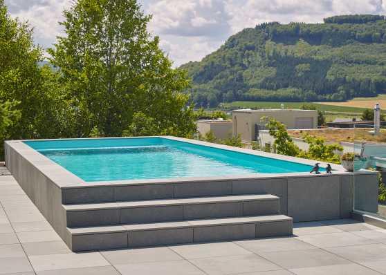 luxuriöses Schwimmbad auf Terrasse