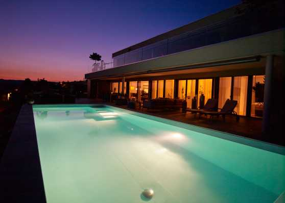 Swimmingpool in idyllischem Sonnenuntergang