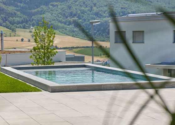 luxuriöses Swimmingpool auf Terrasse
