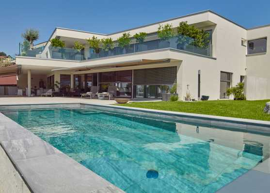 Swimmingpool vor Villa