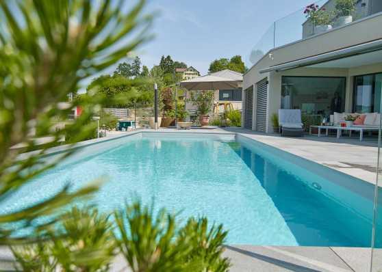 Schwimmbad in idyllischem Ambiente