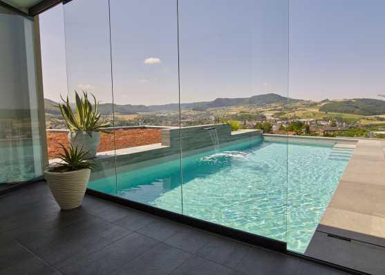 luxuriöses Swimmingpool mit Wasserschwall
