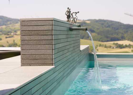 Luxus Pool mit diversen Austattungen, wie z.B. Wasserschwall, farbige Unterwasserbeleuchtung und Rollladenabdeckung
