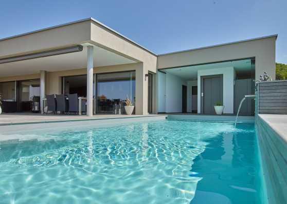 idyllisches Schwimmbad auf Terrasse
