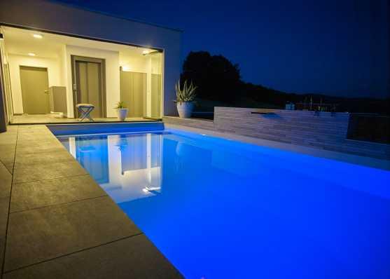 Swimmingpool beleuchtet in edlem Ambiente