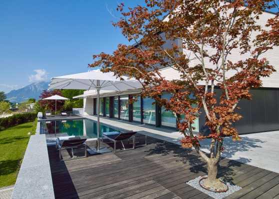 luxuriöses Swimmingpool in edlem Ambiente
