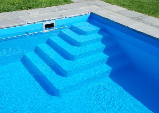 harmonisch eingebettete Schwimmbadtreppe Typ Venezia