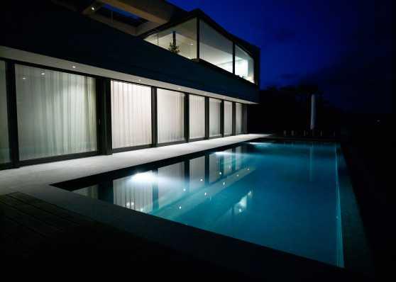 luxuriöses Swimmingpool beleuchtet