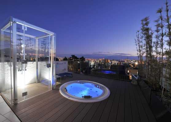 Whirlpool mit Überlaufrinne beleuchtet auf Attika-Terrasse