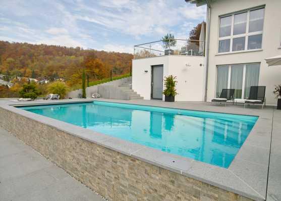 edles Swimmingpool in herbstlichem Ambiente