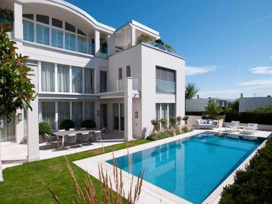 luxuriöses Schwimmbad vor Villa