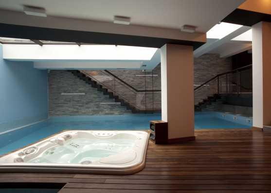 Whirlpool und Innen-Schwimmbad in stilvoller Umgebung