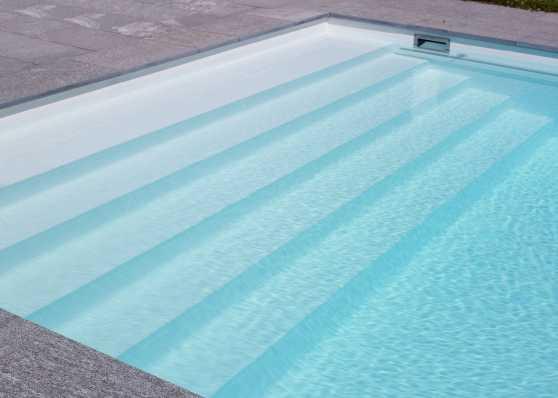 harmonisch eingebaute Schwimmbadtreppe Typ Linear für einen komfortablen Einstieg