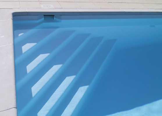 harmonisch eingebaute Schwimmbadtreppe Typ Siena für einen komfortablen Einstieg