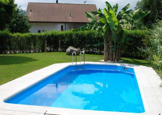 Swimmingpool mit Einstiegsleiter und Plattenumrandung