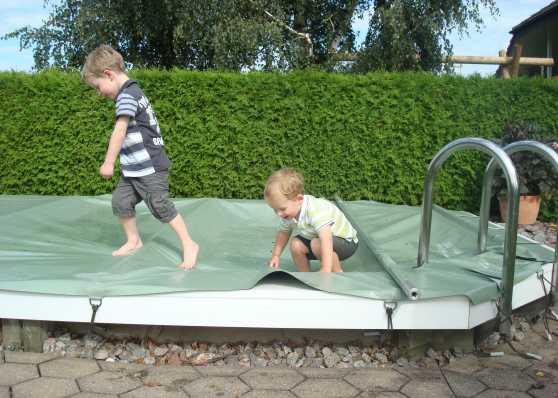 Schutzplane als kindersichere Schwimmbadabdeckung