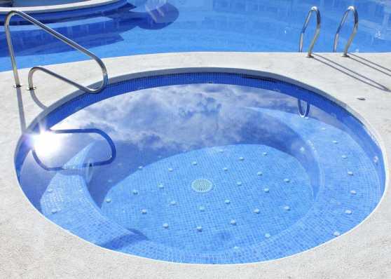 Whirlpool und Aussen-Schwimmbad harmonisch vereint