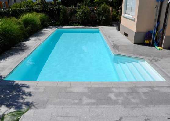 Schwimmbecken mit seitlich eingebauter Einstiegstreppe