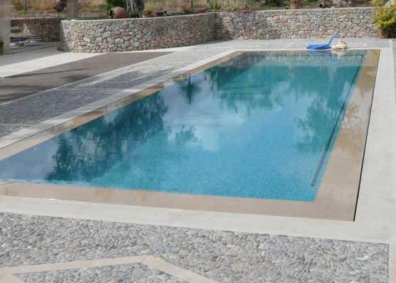Swimmingpool mit Überlaufrinne und Mosaik-Auskleidung