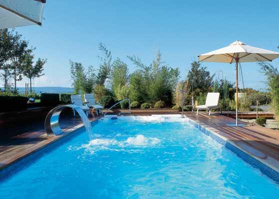 Swimmingpool mit komfortabler Einstiegstreppe und Nackenschwall