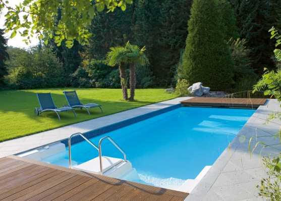 Schwimmbad mit Platten- und Holzumrandung