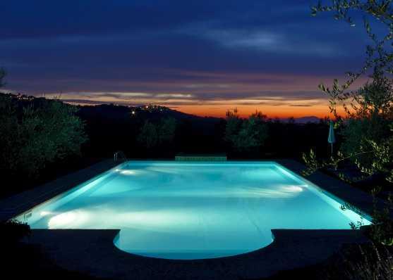 Gartenschwimmbad bei traumhaftem Sonnenuntergang