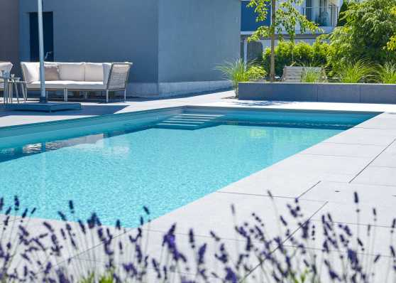 Idyllisches Outdoor-Swimmingpool