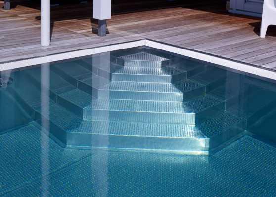 eine Variante von Schwimmbadtreppe bei Edelstahlbecken