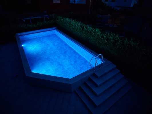 Schwimmbad Typ Edelweiss mit Folienauskleidung bei Dämmerung