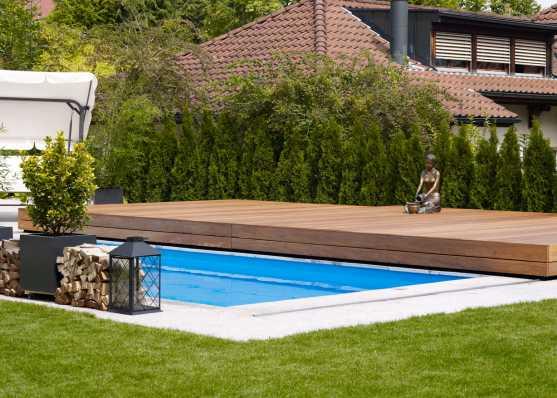 Schiebbare Schwimmbadabdeckung aus Holz