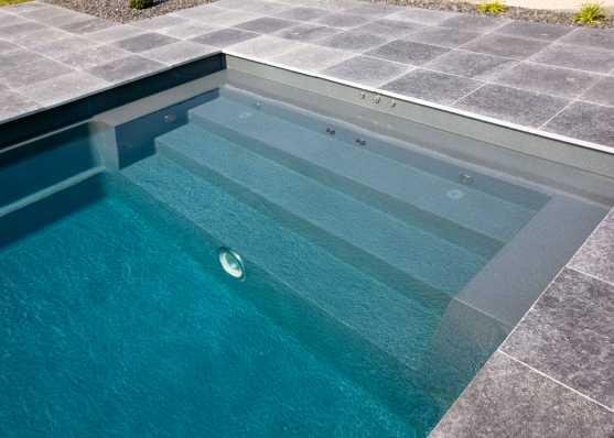 eine Variante von Schwimmbadtreppe bei Polyesterbecken