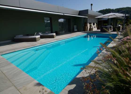 Luxus Swimmingpool mit individuell gestalteter Einstiegstreppe