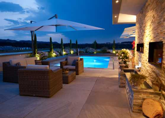 Luxus Schwimmbad in edlem Ambiente beleuchtet