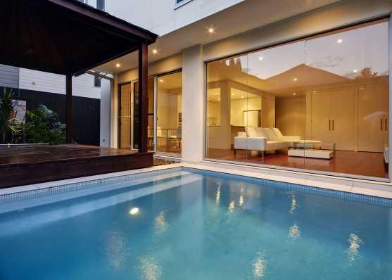 Schwimmbad beleuchtet
