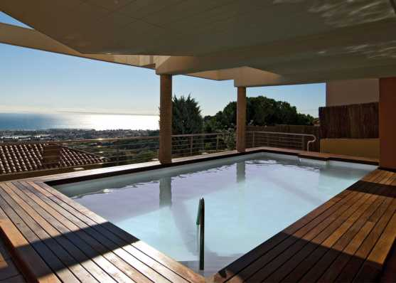 Schwimmbad auf Dachterrasse mit Holzumrandung