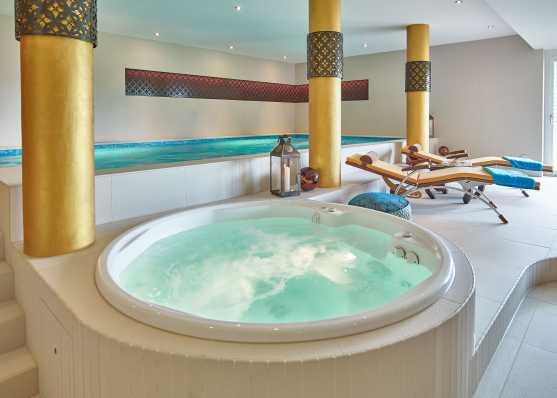 Indoor Whirlpool und Schwimmbad im eigenen Wohnhaus