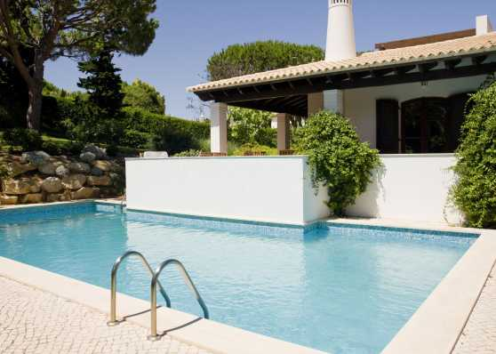 Swimmingpool angrenzend an Terrasse