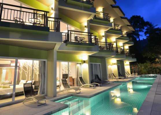 Öffentliches Schwimmbad beleuchtet bei Nacht