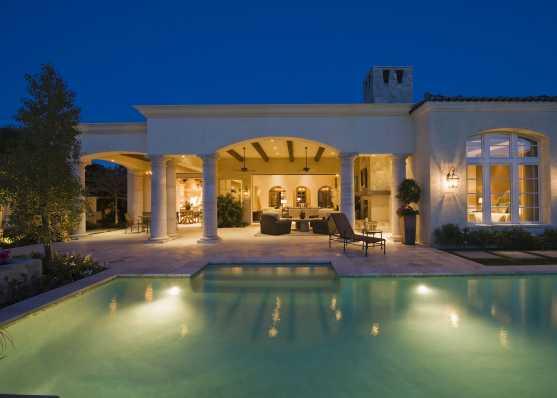 Idyllisches Schwimmbad vor luxuriösem Wohnhaus