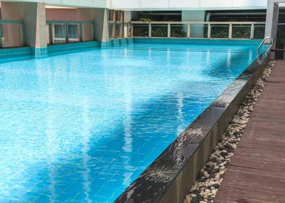 Öffentliches Schwimmbad mit Fliesen ausgestattet