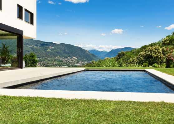 Aussenschwimmbad aus Beton mit toller Aussicht