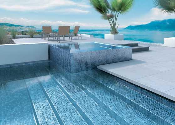 Outdoor Swimmingpool mit angrenzendem Whirlpool