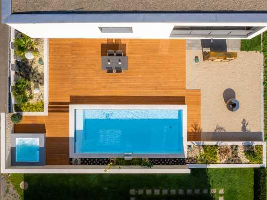 Schwimmbad und Whirlpool Drohnenansicht