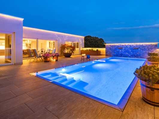 Schwimmbadtyp Edelweiss bei herrlicher Beleuchtung