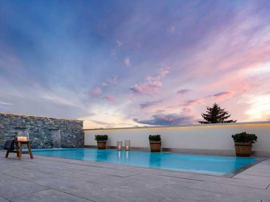 Swimmingpool bei traumhaftem Sonnenuntergang