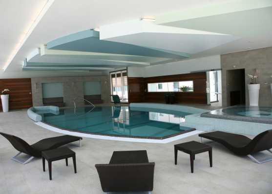 Indoor Swimmingpool und Whirlpool in edlem Ambiente