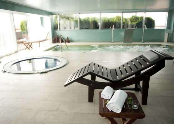 Innen-Schwimmbecken mit Whirlpool und Liege