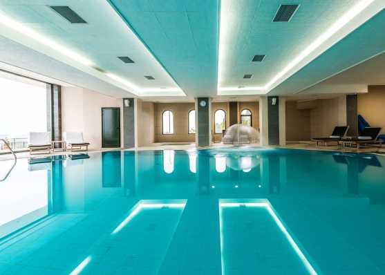 Öffentliches Indoor Schwimmbecken