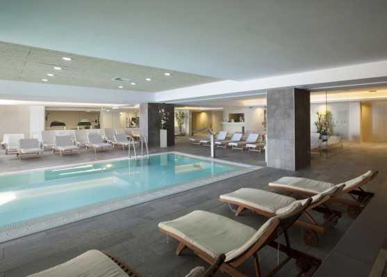 Öffentliches Swimmingpool mit abgetrenntem Fitnessbereich