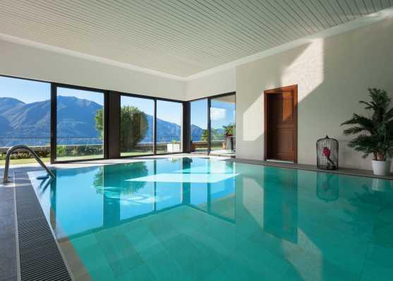 Privates Indoor-Swimmingpool mit herrlichem Ausblick